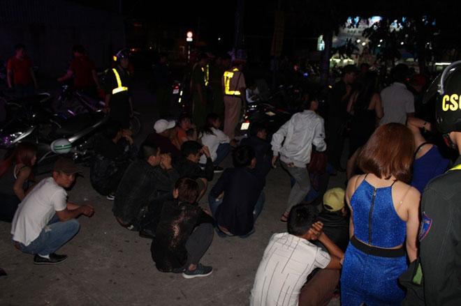 Hàng trăm dân chơi quay cuồng ở bar Diamond Luxury 2 - 4
