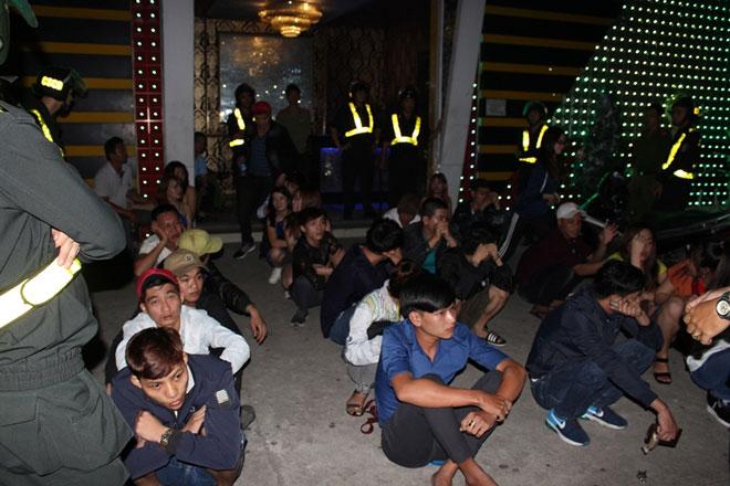 Hàng trăm dân chơi quay cuồng ở bar Diamond Luxury 2 - 5
