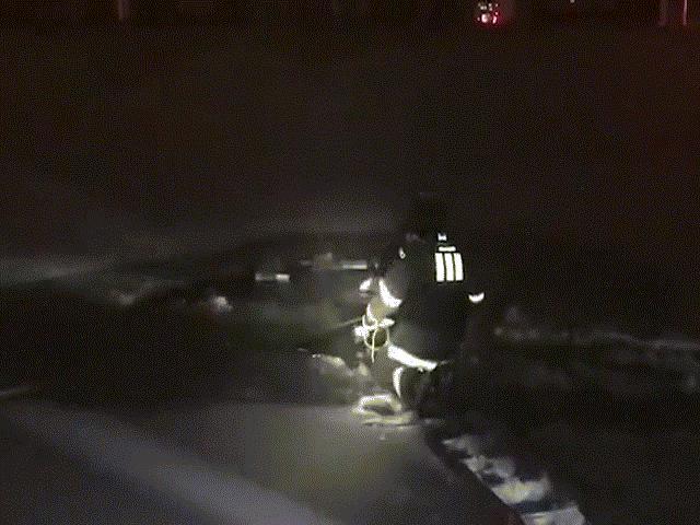 Video: Tự cứu mình giữa hồ băng bằng một cặp tua-vít - 2