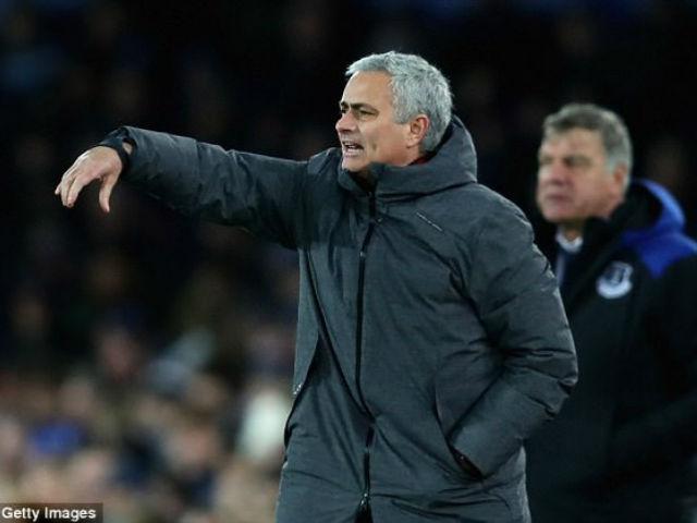 """Mourinho gây thù chuốc oán """"người nhà"""", Giggs mưu cướp ghế MU 4"""