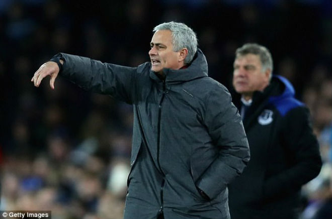 """MU thắng hoành tráng: Mourinho bênh Pogba, mắng Scholes như """"tát nước"""" 1"""