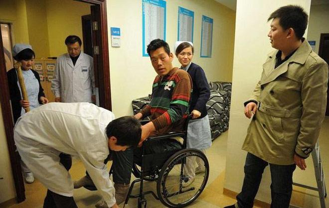Người khổng lồ 2m16 gặp bi kịch: 14 tuổi cao 1m98, tài ngang Yao Ming 3