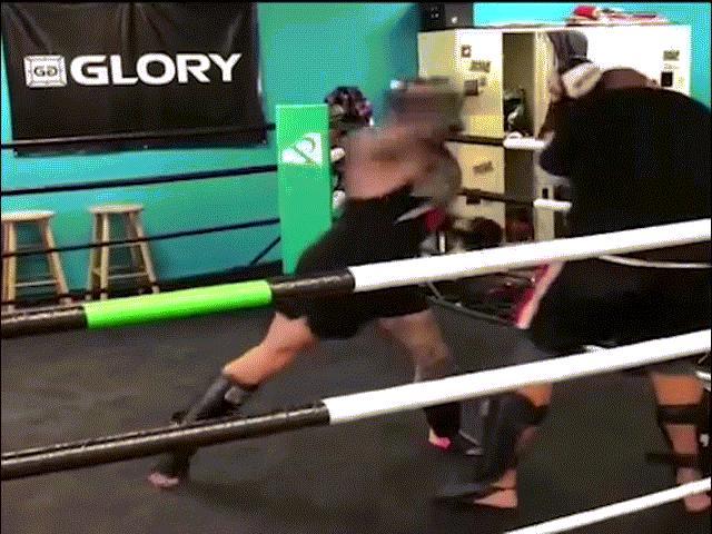 """MMA: """"Vô ảnh cước"""" là có thật, 3 giây đối thủ """"vỡ mồm"""" bất tỉnh 1"""