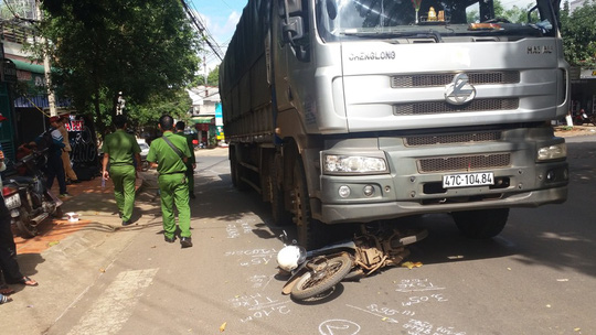 Xe tải tông kéo lê xe máy 30 m, 1 người chết - 1