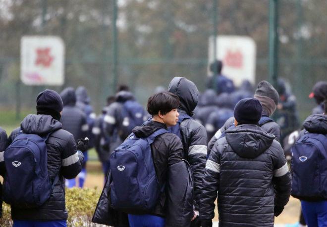"""U23 Việt Nam luyện công khí thế, thời tiết ủng hộ, nhận """"món quà"""" bất ngờ - 1"""