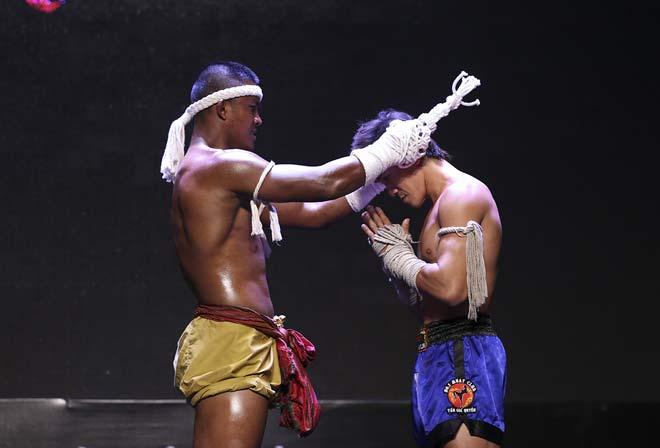 """""""Thánh Muay"""" Buakaw đấu 4 người, trao linh vật cho """"Độc cô"""" Duy Nhất 9"""