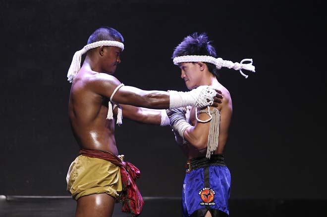 """""""Thánh Muay"""" Buakaw đấu 4 người, trao linh vật cho """"Độc cô"""" Duy Nhất 10"""