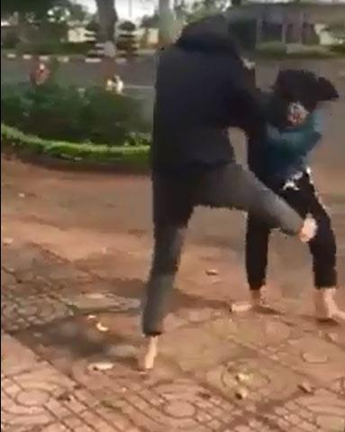 Hai nhóm thiếu nữ dùng nón bảo hiểm lao vào đánh nhau