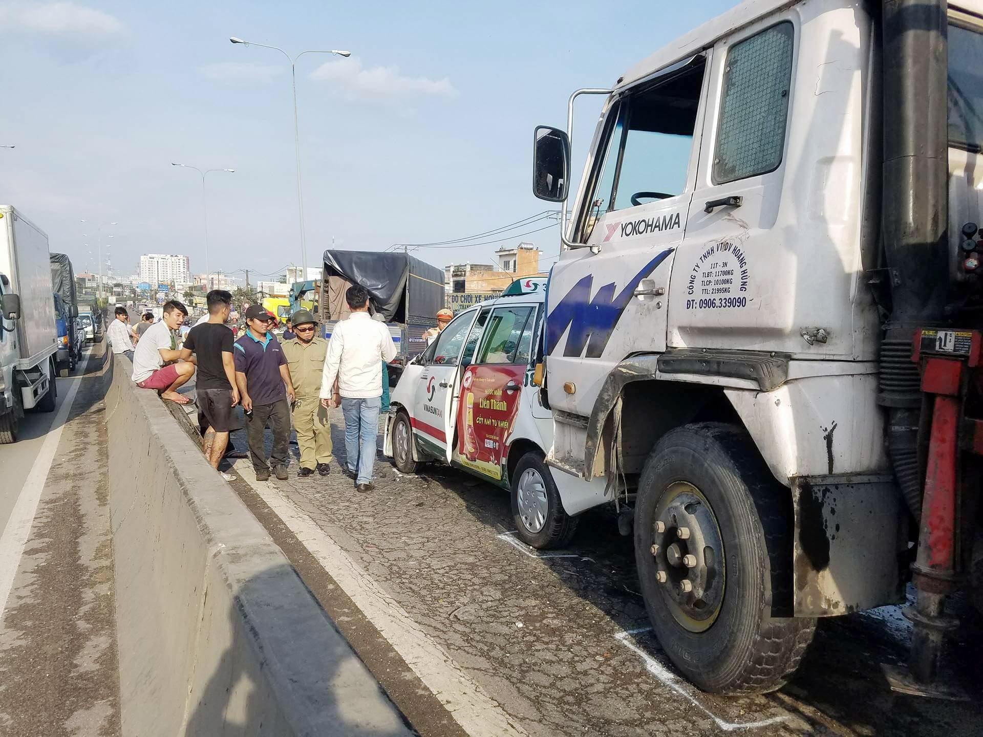 Hiện trường vụ tai nạn liên hoàn giữa 3 ô tô trên cầu vượt An Sương