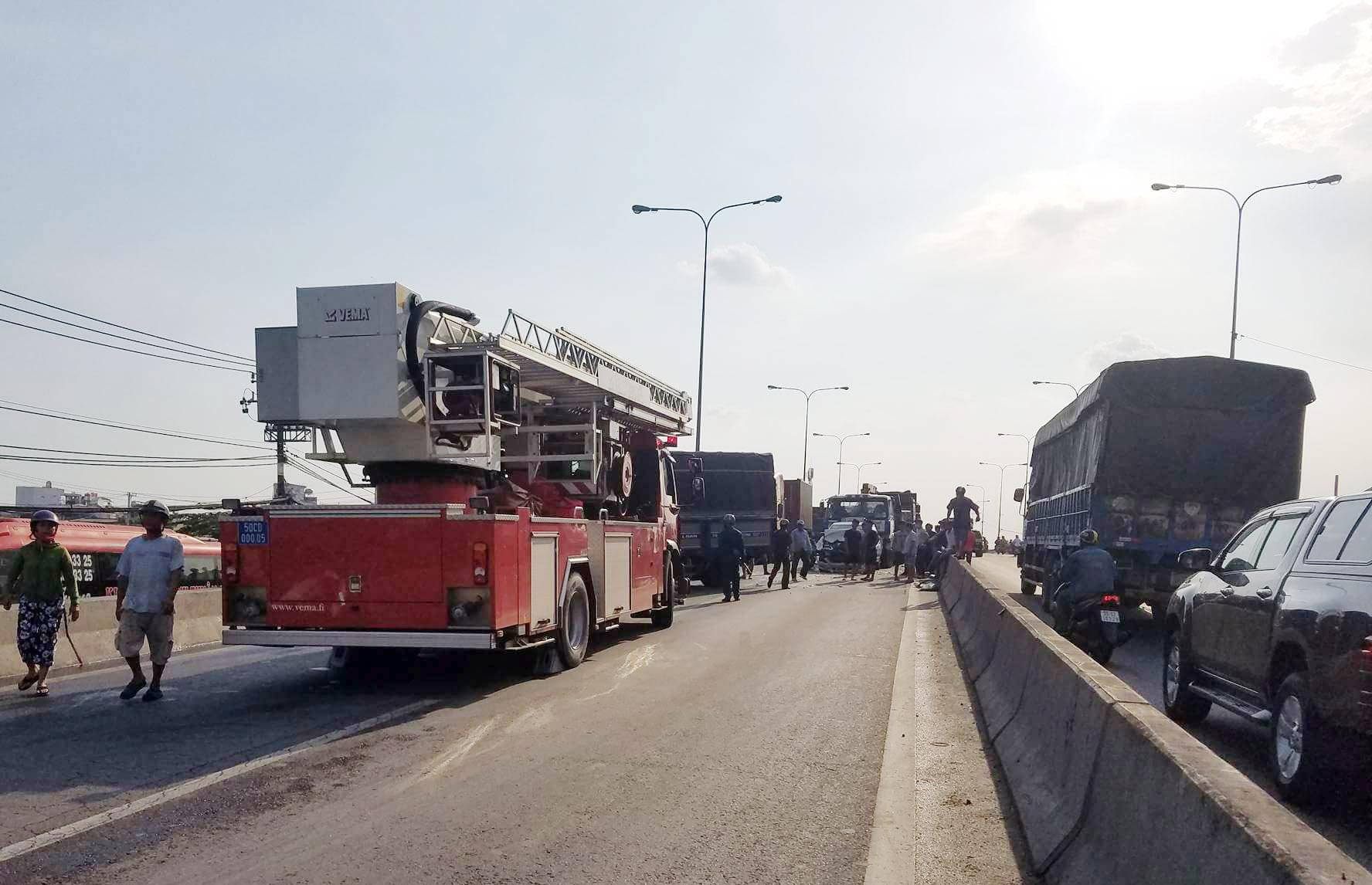 Cảnh sát giải cứu thiếu niên kẹt trong đầu xe bẹp dúm tại cầu vượt - 3