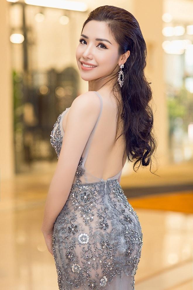 """Á hậu """"siêu vòng 3"""" Khánh Phương khoe hình thể thắt đáy lưng ong"""