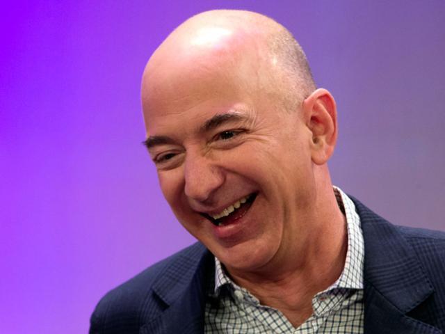 Jeff Bezos tiếp tục bỏ xa Bill Gates trên bảng xếp hạng những người giàu nhất hành tinh