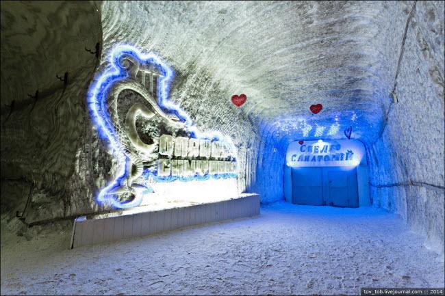 Choáng ngợp vẻ đẹp như ngoài hành tinh bên trong hang động muối khổng lồ - 3