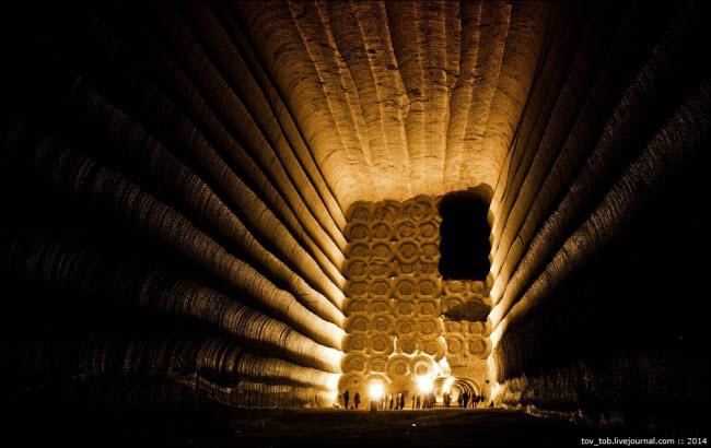 Choáng ngợp vẻ đẹp như ngoài hành tinh bên trong hang động muối khổng lồ - 15