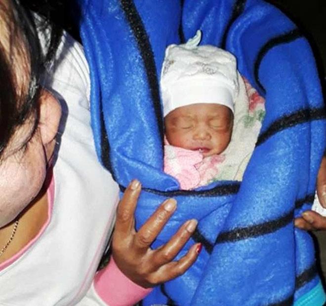 Bé gái sơ sinh bị bỏ rơi trong nhà vệ sinh