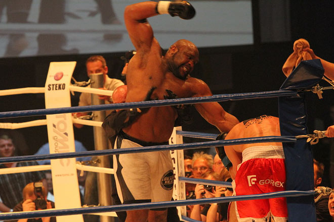 Võ sỹ 2m, 150kg: Bị 15 cao thủ MMA đánh