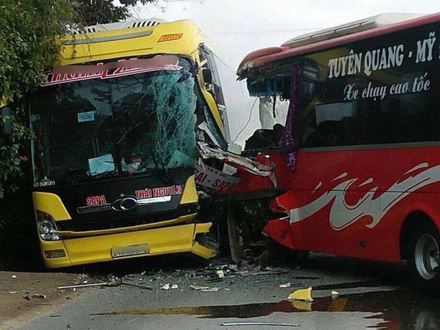 2 xe khách đối đầu, hành khách la hét phá cửa thoát thân - 1