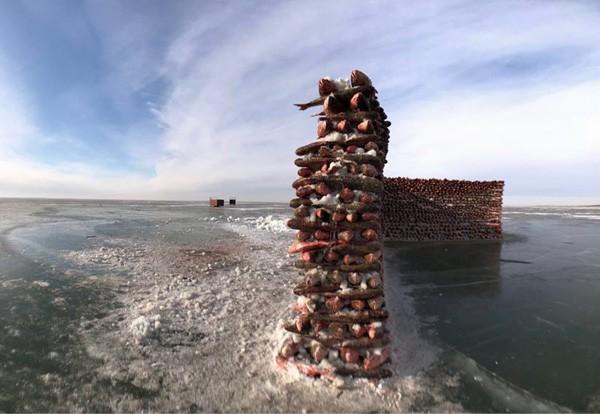 Du khách đổ xô chiêm ngưỡng bức tường cá lạ lùng giữa hồ băng - 4