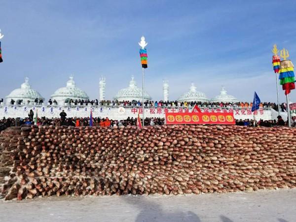Du khách đổ xô chiêm ngưỡng bức tường cá lạ lùng giữa hồ băng - 3