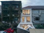 Tài chính - Bất động sản - Nhà ống trắng muốt như Bạch Tuyết nổi bật giữa khu phố cổ