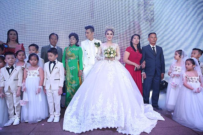 Dàn xe sang rước khách giá 30 tỷ đồng trong hôn lễ Lâm Khánh Chi ở Sài Gòn - 15