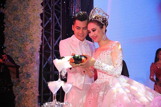 Dàn xe sang rước khách giá 30 tỷ đồng trong hôn lễ Lâm Khánh Chi ở Sài Gòn - 13