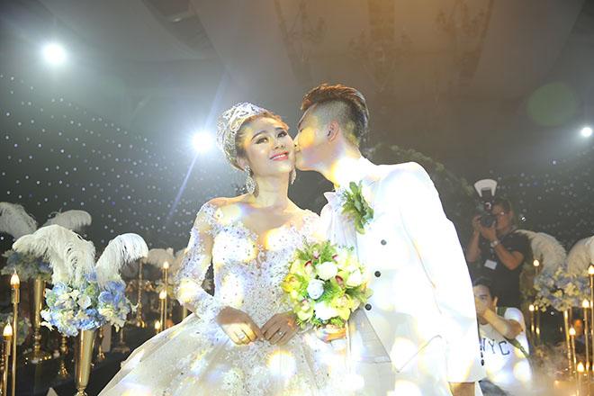 Dàn xe sang rước khách giá 30 tỷ đồng trong hôn lễ Lâm Khánh Chi ở Sài Gòn - 11