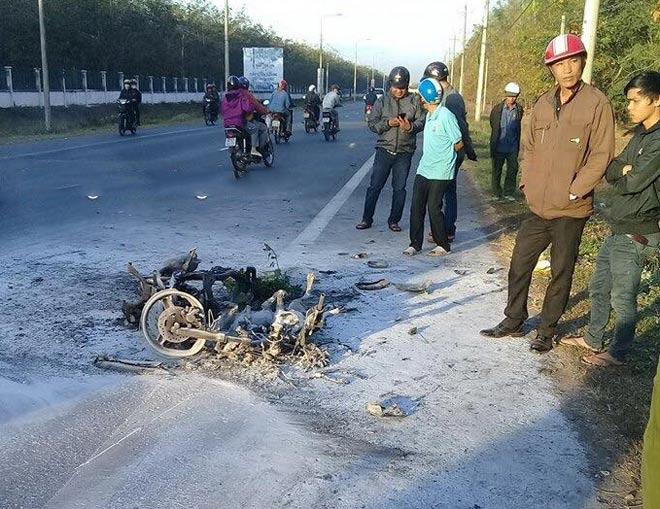 Xe máy bốc cháy dữ dội, 2 con chó bị thiêu sống - 2