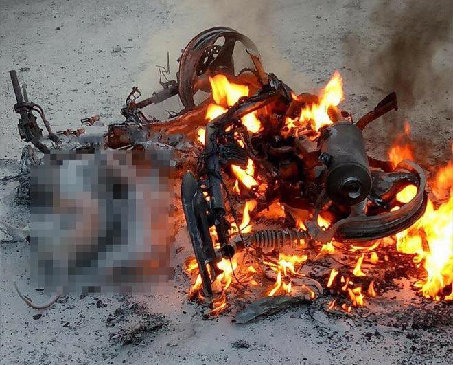 Xe máy bốc cháy dữ dội, 2 con chó bị thiêu sống - 1