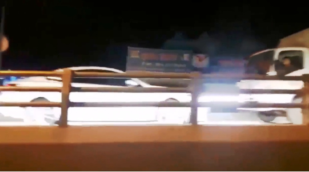 Hình ảnh chiếc ô tô do nữ tài xế cầm lái phóng ngược chiều lên cầu vượt thép