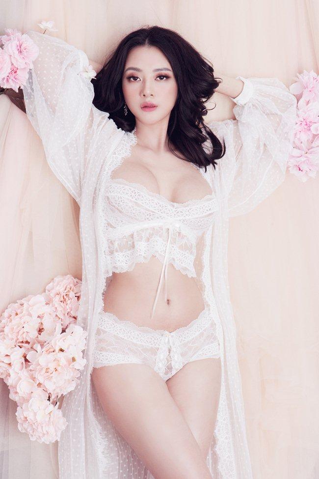 """""""Quên lối về"""" vì thân hình phồn thực quá nữ tính của mẫu nội y Hà Thành"""