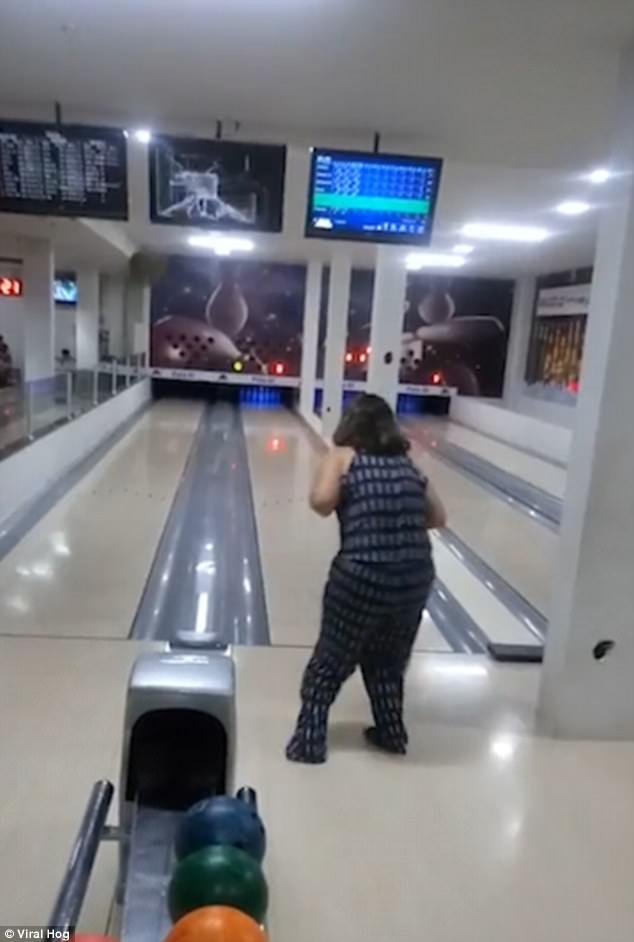 """Cú ném bowling """"khủng khiếp"""" nhất thế giới của người phụ nữ - 1"""