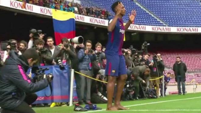 Barca: SAO 100 triệu euro đi chân đất ra mắt, nịnh Messi hết lời - 2
