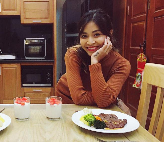 Cận cảnh hình xăm của 5 nữ MC dáng chuẩn, gợi cảm ở Việt Nam - 4