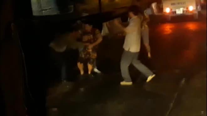 """Cầm gậy """"nói chuyện"""" sau va chạm, tài xế xe khách bị đánh tới tấp"""