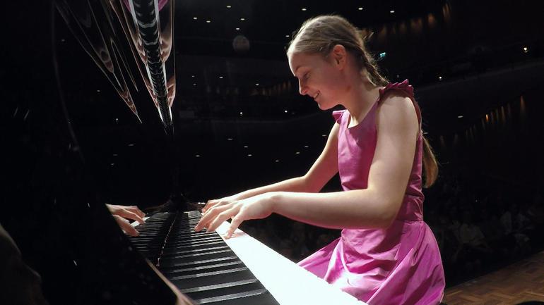"""Thần đồng âm nhạc 10 tuổi được mệnh danh là """"truyền nhân"""" của Mozart - 1"""