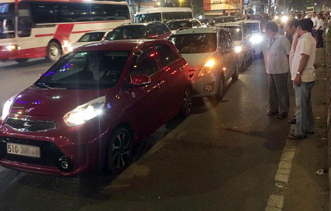 """6 ô tô tông nhau giữa phố Sài Gòn, nhiều người """"bạt vía"""" - 1"""