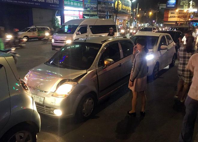 """6 ô tô tông nhau giữa phố Sài Gòn, nhiều người """"bạt vía"""" - 2"""