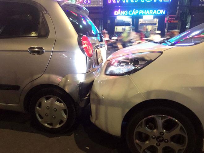 """6 ô tô tông nhau giữa phố Sài Gòn, nhiều người """"bạt vía"""" - 3"""