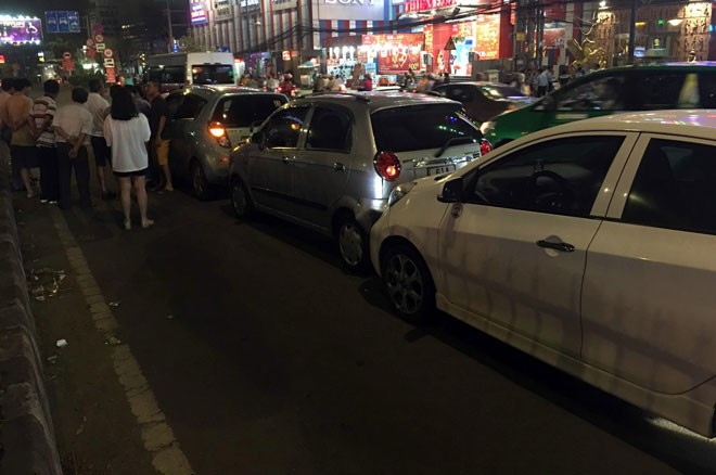 """6 ô tô tông nhau giữa phố Sài Gòn, nhiều người """"bạt vía"""" - 4"""