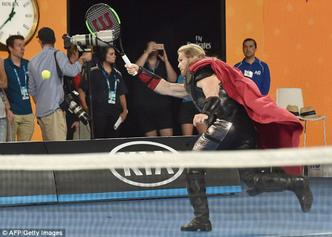 Australian Open: Federer đánh cặp Người nhện, nô đùa với Djokovic - 2
