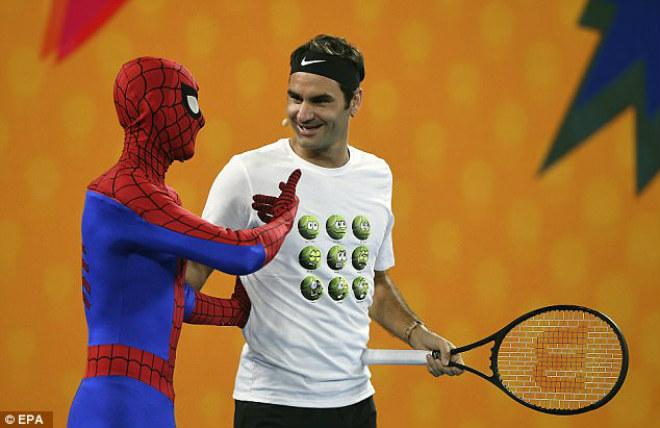 Australian Open: Federer đánh cặp Người nhện, nô đùa với Djokovic - 3