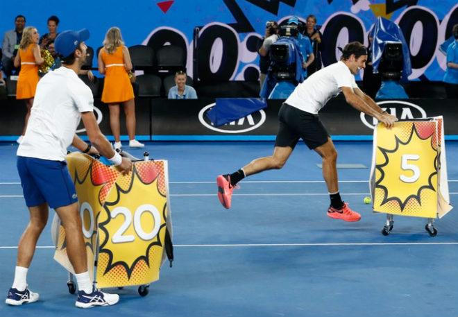 Australian Open: Federer đánh cặp Người nhện, nô đùa với Djokovic - 4