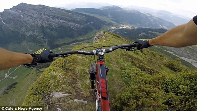 Thót tim xem kẻ liều lĩnh đạp xe trên vách núi dựng đứng - 3