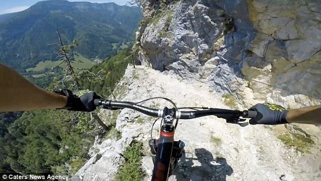 Thót tim xem kẻ liều lĩnh đạp xe trên vách núi dựng đứng - 4