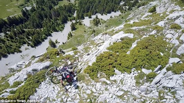 Thót tim xem kẻ liều lĩnh đạp xe trên vách núi dựng đứng - 2