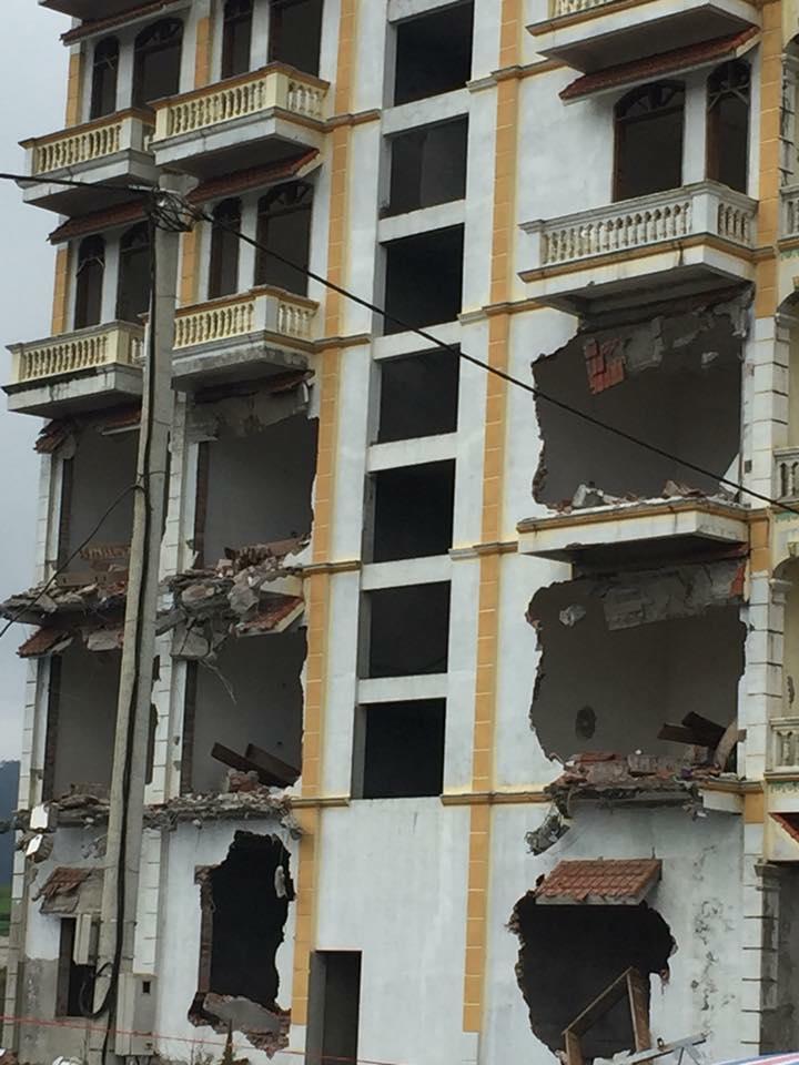 Tài xế máy xúc suýt chết khi phá dỡ tòa nhà của Tàng