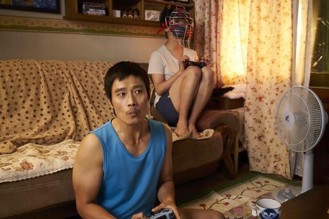 """Lee Byung Hun """"lột xác"""" bên cạnh cậu em trai đặc biệt - 3"""