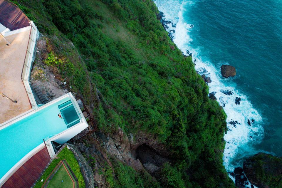 Thót tim với bể bơi chênh vênh trên vách núi, nhìn thẳng xuống vực sâu