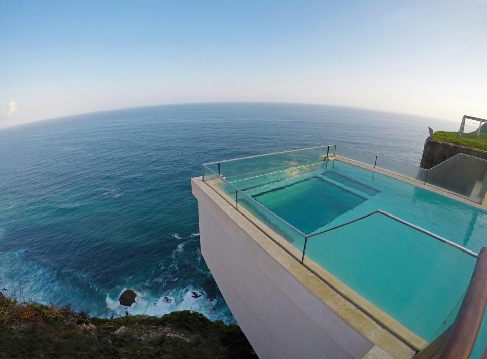 Thót tim với bể bơi chênh vênh trên vách núi, nhìn thẳng xuống vực sâu - 5